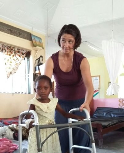 Joanne physiothérapeute ré-enseigne les bases de la marche