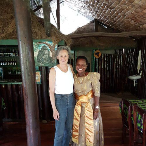 Accueil par la patronne à Bwindi view, jour de l'indépendance de l'Ouganda