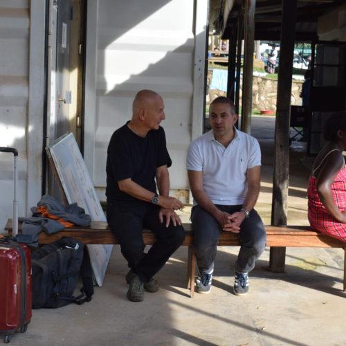 Discussion entre Ralph et Farshid avant la mise en place de la salle