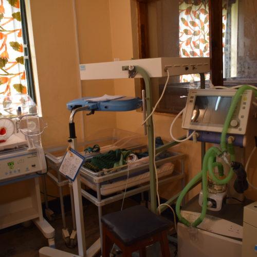 Les nouveaux-nés profitent encore de la lampe UV apportée en 2013