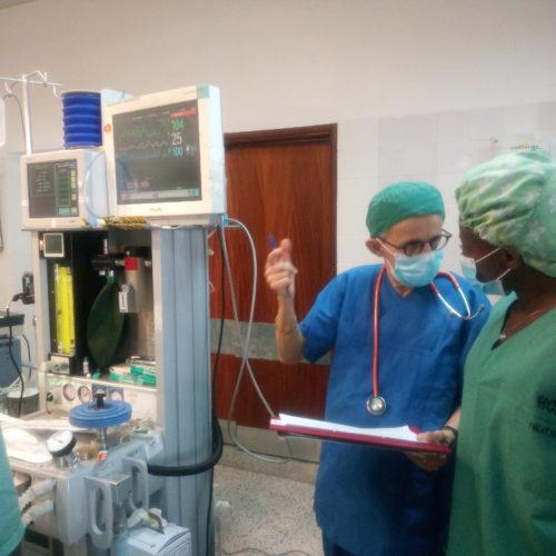Dr Katryn Flueckiger, anesthésiste, instruit une infirmière.