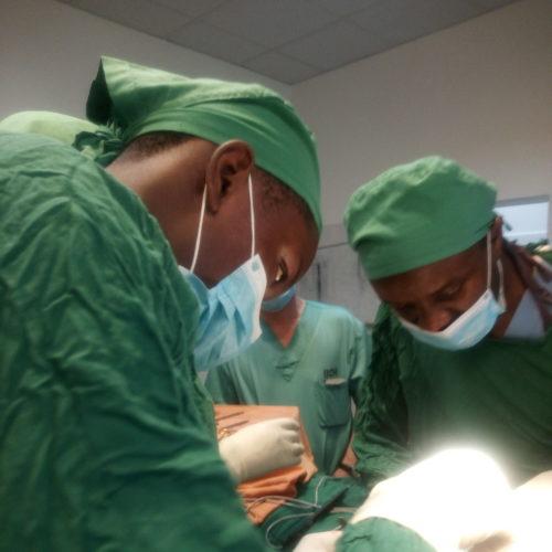 Les médecins locaux en pleine opération