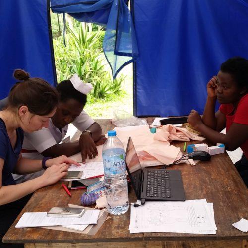 Emmanuelle Picot enseigne la prépartion des bandages compressifs sur mesure