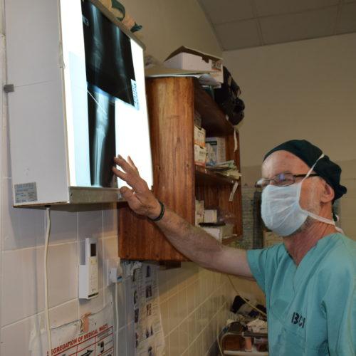 Luxe en salle d'operation avec les radiographies peropératoires